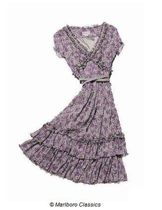 Lila renkleriyle bezenmiş çiçekli elbise